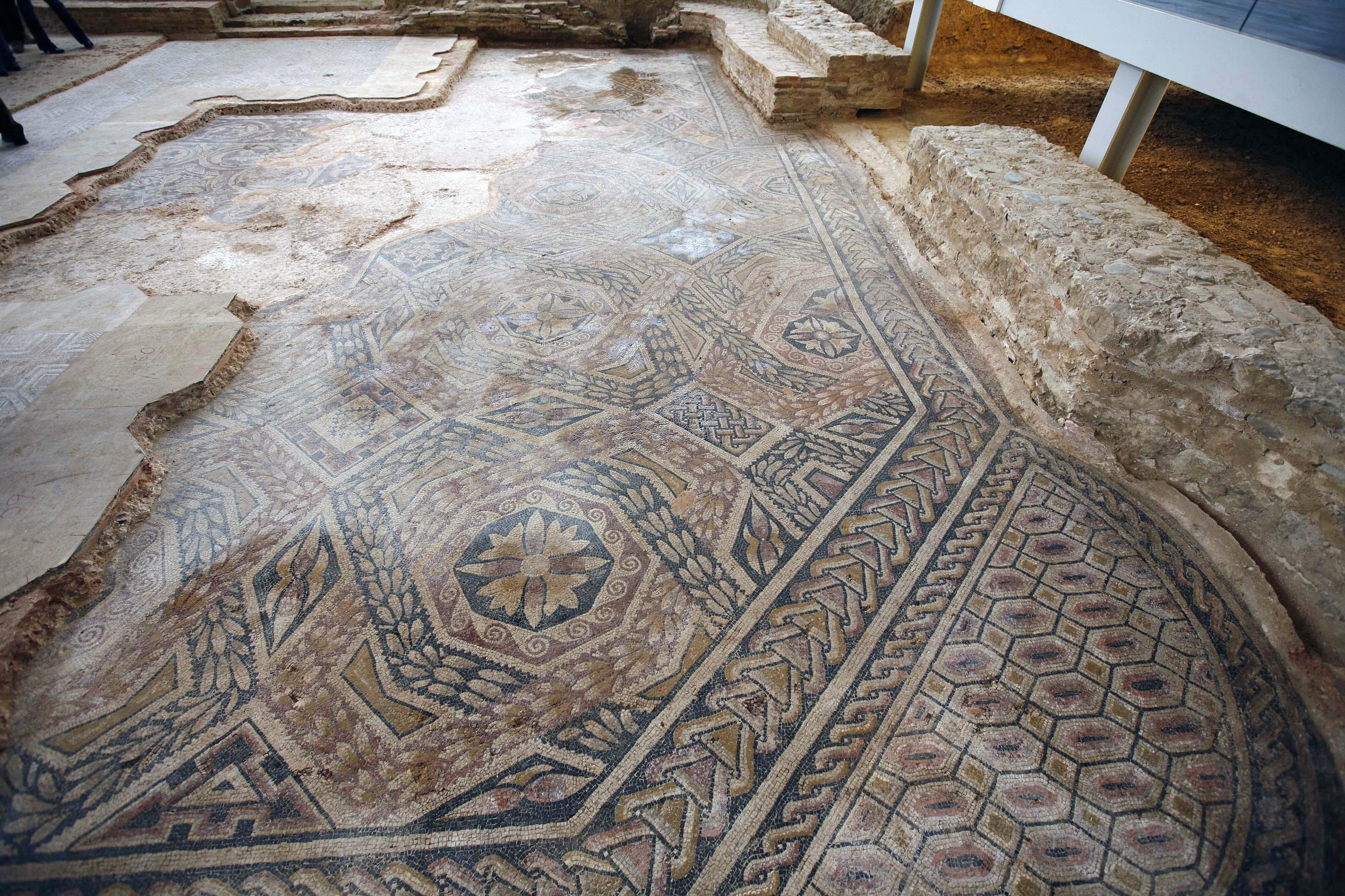 Descubierto en buen estado una parte del mosaico hallado en una tercera superficie en la zona de los baños de la Villa Romana La Olmeda